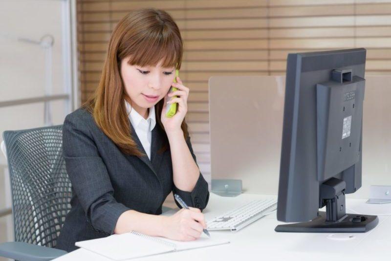 電話・オンライン見積もりの対応をしている女性