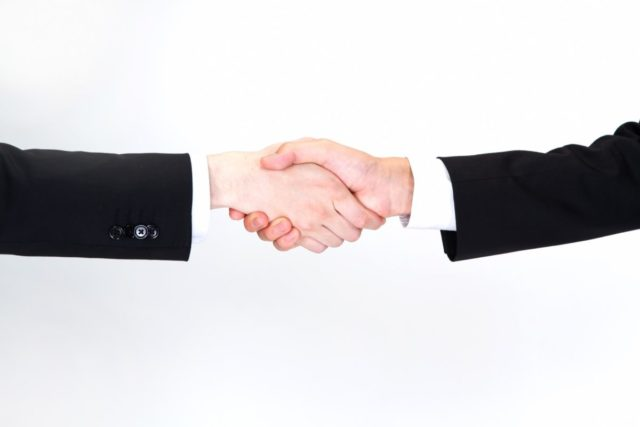 握手をするビジネスマンの画像