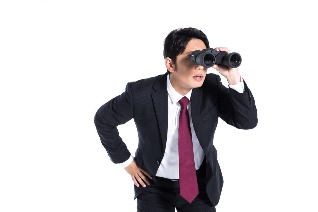 アンテナの不具合を探している男性の写真