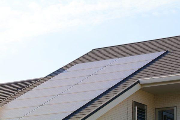 新築住宅の屋根の上の太陽光パネル